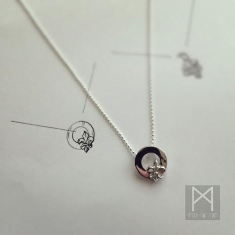 世界で1つのお守りネックレス|プラチナ百合紋章ペンダント