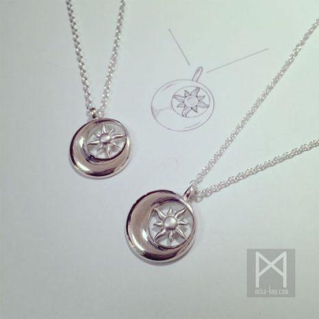 2つのモチーフを1つのデザインに!シンクロデザイン ペアネックレスー太陽と月Ver