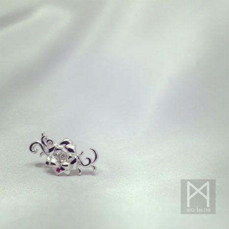 愛と美のシンボル|薔薇モチーフのシルバーピアス