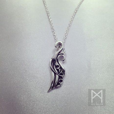 さりげなく名前をデザインに組み入れた羽モチーフシルバーネックレス