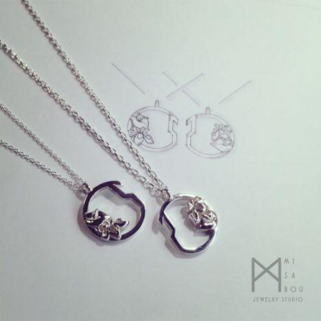 花モチーフのシルバーペアネックレス/アンスリウムとカキツバタ